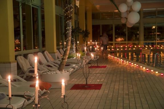 Licht Aus Kerzen An: Schwimmen Bei Kerzenschein Im Wellenbad